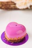 Pâtisserie française en forme de coeur avec le lustre rose Photo libre de droits