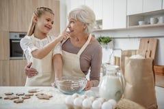 Pâtisserie gaie de cuisson de famille ensemble Images libres de droits