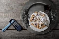 Pâtisserie juive Hamantaschen et rochet pour Purim photo libre de droits