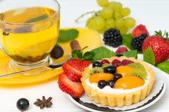 Pâtisserie mélangée fraîche de fruit et de crème photos libres de droits