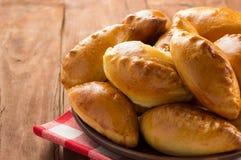 Pâtisserie savoureuse de plat au bois Image libre de droits