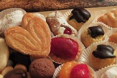 Pâtisseries avec la table de fruit et de chocolat Photographie stock