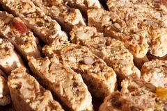 Pâtisseries dans la fenêtre de boulangerie Images stock