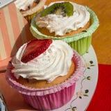 Pâtisseries de fruit de table de kiwi et de fraise avec la crème fouettée Photo stock