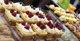 Pâtisseries de pâtisserie avec des framboises et des myrtilles et beaucoup de images libres de droits