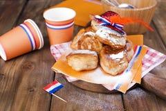 Pâtisseries douces néerlandaises traditionnelles Jour de fête du roi décor Choses oranges pour les vacances netherlands Butées to photographie stock