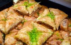 Pâtisseries du Moyen-Orient de baklava : Pistache et triangles de Filo images libres de droits