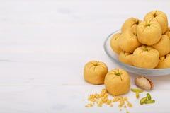 Pâtisseries formées rondes de biscuit de pois chiche faites de farine et pis de gramme Images libres de droits