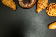 Pâtisseries fraîches sur un fond noir, avec l'espace pour le texte photos libres de droits