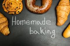 Pâtisseries fraîches sur un fond noir, le mot image stock
