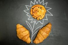 Pâtisseries fraîches sur un fond noir sous forme de fleur image stock