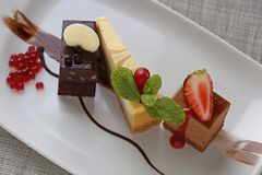 Pâtisseries françaises assorties comme plateau de dessert image libre de droits