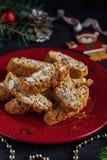 Pâtisseries traditionnelles de Noël, biscuits faits maison italiens de biscotti ou cantuccini, avec des écrous d'amandes images libres de droits
