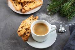 Pâtisseries traditionnelles de Noël, gâteau double-cuit au four fait maison italien de biscotti ou de cantuccini avec du café, av photos stock