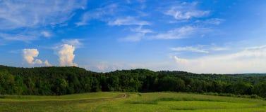 Pâturage vert et jour ensoleillé en Hudson Valley NY au-dessus de regarder le MOU Photo stock