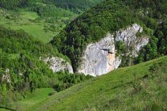 Pâturage vibrant vert avec des roches de chaux image libre de droits