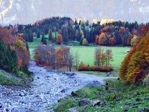 Pâturages et fermes d'automne dans la vallée du lac Klontalersee ou dans la vallée de Klontal photos libres de droits