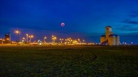 Półmrok, błękitna godzina z krwionośną księżyc przy San Jose plażą Encarnacion w Paraguay/ zdjęcie royalty free