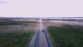 Północna Rosyjska droga w lecie w lasach, antena strzał obrazy royalty free