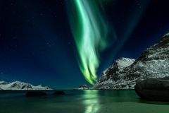 Północni światła przy Haukland plażą na Lofoten wyspach fotografia stock