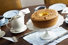 Pão de Lo, или португальский торт губки, на таблице с чаем Стоковые Изображения
