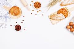 Pães caseiros ou ingredientes do bolo, do croissant e da padaria, farinha, imagem de stock