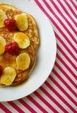 Pães de minuto do café da manhã com banana e framboesa Foto de Stock