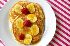Pães de minuto do café da manhã com banana e framboesa Fotos de Stock Royalty Free