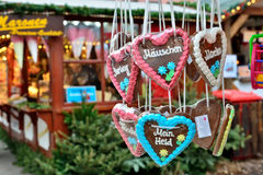 Pães do Natal expostos no mercado da noite em Berlim Imagens de Stock Royalty Free