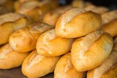 Pães franceses na cesta Alimento da rua de Hanoi foto de stock