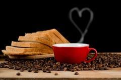Pães integrais com o copo e coração vermelhos de café Imagem de Stock Royalty Free