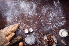Pães recentemente cozidos, ingredientes de cozimento Fundo da padaria, alimento de café da manhã Vista superior, espaço da cópia fotos de stock royalty free