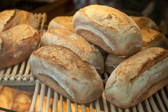 Pães tradicionais franceses na padaria imagem de stock royalty free