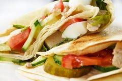 Pão árabe com vegetais em uma placa retangular em um close up branco isolado do fundo foto de stock