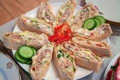 Pão árabe com verdes e carnes em uma placa branca foto de stock royalty free