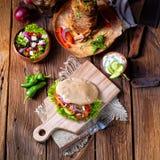Pão árabe crocante com carne grelhada dos giroscópios Vários vegetais e peixe-agulha Imagens de Stock Royalty Free