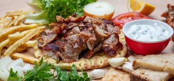 Pão árabe dos giroscópios, Shawarma Grego tradicional, alimento turco da carne no pão do pão árabe e tzatziki, bandeira fotos de stock