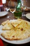 Pão árabe grego em uma placa imagem de stock royalty free