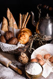 Pão, baguette, pastelaria doce, pães ralados com ingredientes do cozimento e bule fotos de stock