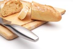Pão branco cortado em uma placa de estaca de madeira imagem de stock royalty free
