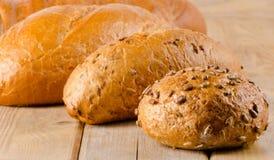 Pão branco cozido fresco em um fundo de madeira imagem de stock royalty free