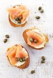 Pão brindado com a faixa do queijo creme e dos salmões Fotos de Stock Royalty Free