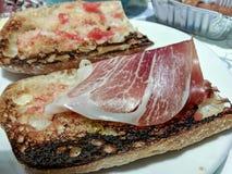Pão brindado com presunto espanhol Fotografia de Stock Royalty Free