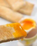 Pão brindado com Yolk de ovo imagens de stock royalty free