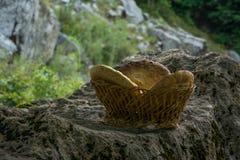 Pão caseiro ázimo tradicional na cesta de madeira na rocha imagens de stock