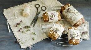 Pão caseiro com as maçãs no papel de envolvimento na grade Fotografia de Stock Royalty Free