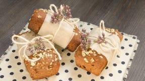 Pão caseiro com as maçãs no papel de envolvimento no guardanapo de linho Imagens de Stock Royalty Free