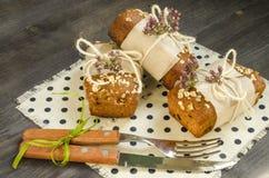 Pão caseiro com as maçãs no papel de envolvimento no guardanapo de linho Fotos de Stock