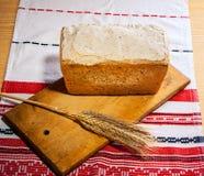 Pão caseiro com as orelhas do trigo Fotografia de Stock Royalty Free