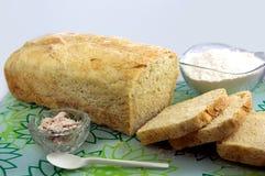 Pão caseiro com ingredientes fotos de stock royalty free